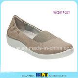 スニーカーの女性の靴