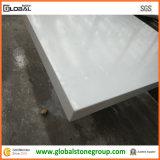 石造りの浴室またはインテリア・デザイナーのための白い水晶虚栄心の上