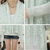 女性の方法フリンジによって編まれるコートのポンチョ