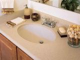 Bassins de Corian et dessus de vanité de partie supérieure du comptoir de salle de bains avec le bassin