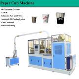 Olio che aggiunge la tazza di carta del sistema che forma macchina