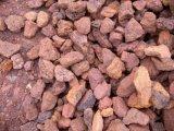 Minerale ferroso dell'ematite che schiaccia pianta