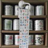 子供の洗面所はアルファベットによって印刷されるトイレットペーパーのおかしいトイレットペーパーを拭く