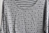 女性の円形の首はプルオーバーによって編まれたセーターを模造した
