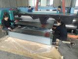 機械を形作る波形の鋼板の屋根