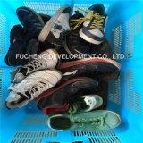 A forma usou sapatas, sapatas de segunda mão, sapatas usadas dos esportes para o mercado africano (FCD-005)