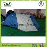 4人は居間が付いているキャンプテントを防水する