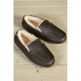 標準的な人の羊皮のモカシンの靴