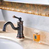 O petróleo fricionou o único punho dos Faucets de bronze do banheiro