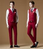 人の新郎のための赤いウェディングドレスのスーツ