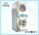 Matériel de blanchisserie trois à jetons dans une machine à laver pour des vêtements