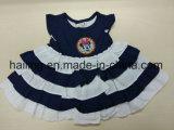 女の赤ちゃんの100%年の綿の快適な服