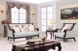 居間のための木フレームが付いている標準的なファブリックソファー一定の旧式な愛シートの椅子の古典的なソファ