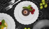 Placas plásticas brancas da salada/sobremesa com a borda de prata da flor