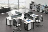 Poste de travail modulaire de bureau de couleur claire moderne dans le modèle en travers