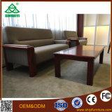 居間のための茶表が付いている長方形表が付いている木のソファー