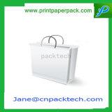 La manera empaqueta la bolsa de papel del regalo del portador de los bolsos que hace compras