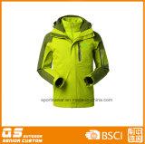 Люди 3 в напольных водоустойчивых теплых куртках 1