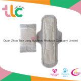 Bonnes matières premières aux serviettes hygiéniques à ailes d'OEM et sans ailes remplaçables