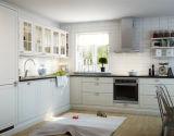 現代食器棚の木製のドアは完全な台所単位を設計する
