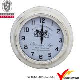 Cuerda que cuelga el reloj de pared redondo antiguo de la vendimia del metal