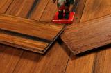 Plancher en bambou souillé tissé par rive