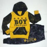 A mola caçoa o terno dos esportes do menino para a roupa das crianças