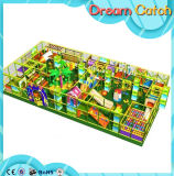 Campo de jogos interno do parque de diversões dos jogos das crianças