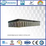 El panel de mármol de la pared con el panal de aluminio