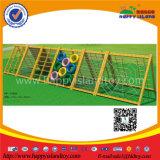 Niños atractivos que suben el patio al aire libre de madera con la red