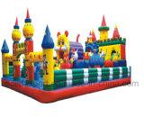 巨大で膨脹可能な遊園地装置の弾力がある城