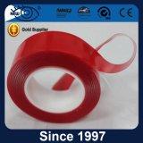 La permanente que limitaba el doble impermeable del color claro echó a un lado cinta