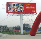 Двойник встал на сторону рекламирующ напольную афишу (моделируйте a)