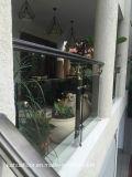 古典的で、ノスタルジックな緑の青銅色の屋外の柵