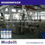 Разлитая по бутылкам тройчаткой машина завалки минеральной вода