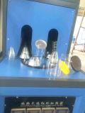 機械にプラスチック管の吹くラインをする飲料ペットびん