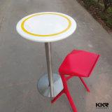 人工的な石造りのレストランの円形のダイニングテーブルおよび椅子