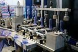 Bouteille d'animal familier de l'eau minérale faisant la machine