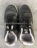 يستعمل أحذية لأنّ عمليّة بيع رياضة يستعمل أحذية