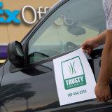 Etiqueta engomada durable movible colorida del imán del coche de la impresión de encargo de la insignia