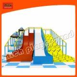 Michの子供のスライドの子供は急なスライドの高いスライドを滑らせる