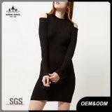 Com nervuras tratar o vestido preto da camisola das mulheres do Knit