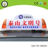 Muestra del LED sobre la publicidad del rectángulo ligero superior del taxi