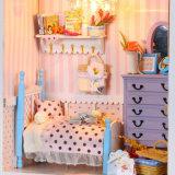Casa de boneca de madeira diminuta bonita do brinquedo com mobília