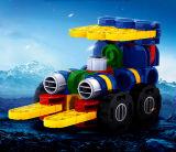 As crianças deformam brinquedos dos blocos
