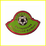 ポーランド語によってエナメルを塗られるロシア語はフットボールPinを遊ばす