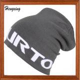 灰色のウールの帽子によって編まれる帽子