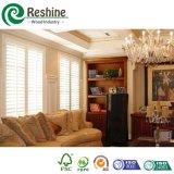 L'otturatore bianco del PVC della stanza da bagno parte l'otturatore della persiana di ventilazione