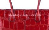 Sacchetto tenuto in mano del Tote rosso di Croco