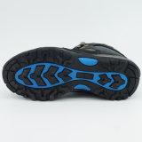 防水の人の高いハイキングの靴